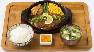 「ぺんぎん厨房」の「トンテキ」(950円)。ご飯の大盛り無料、ご飯のお代わりも1杯無料とガッツリ食べられる。