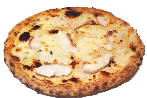 山椒がアクセントの白味噌と奈良県産タマネギのソースに白身魚を合わせたピザ、町家(Ma-chi-ya、1800円)/チェルボビアンコ