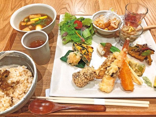 天ぷらや揚げ物などもすべて野菜中心の月替りの和風ヘルシープレート(1782円)/ビッグマウンテン カフェ&ファーム