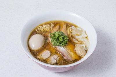 「特製醤油らぁ麺」(1,100円) 豚肩ロース煮豚チャーシューとつるし焼きバラチャーシュー、名古屋コーチンの半熟玉子、ワンタン×2がのる