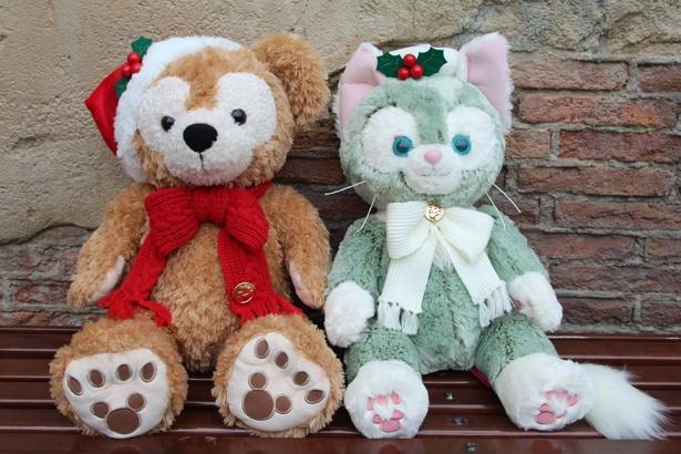 クリスマスらしい帽子とリボンで着飾った、ダッフィーとジェラトーニの「ぬいぐるみ(M)」(各1万3000円)