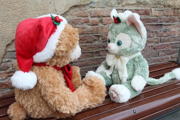 向かい合って座る、ダッフィーとジェラトーニの「ぬいぐるみ(M)」(各1万3000円)。何をお話しているのかな?