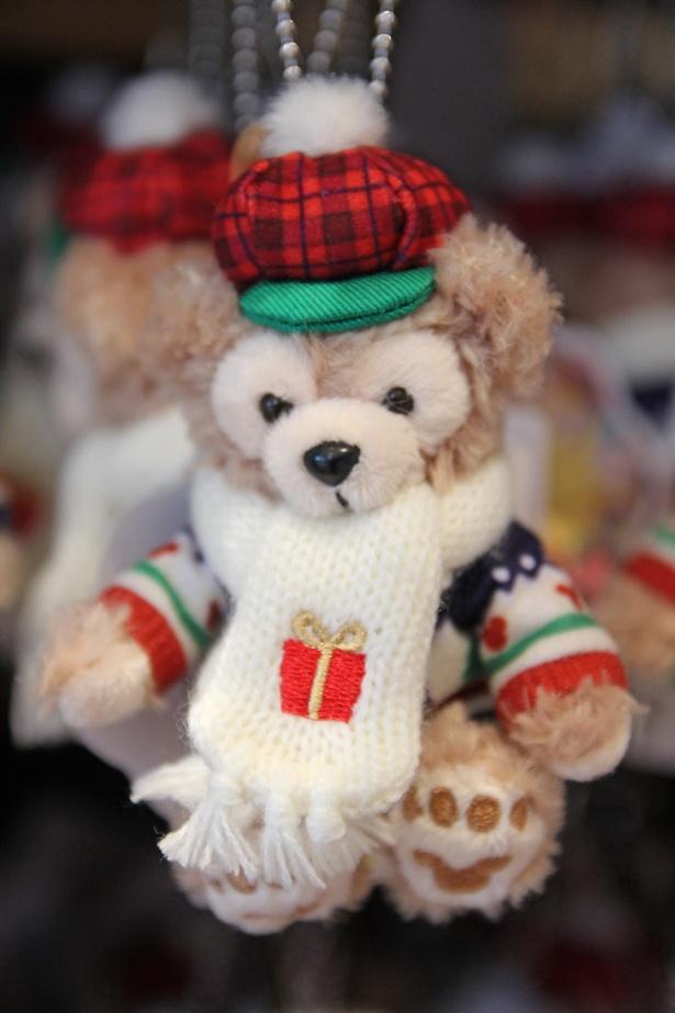ダッフィーの「ストラップ」(1800円)。マフラーにはプレゼントボックスのワンポイント入り。クリスマスカラーの帽子もキュート