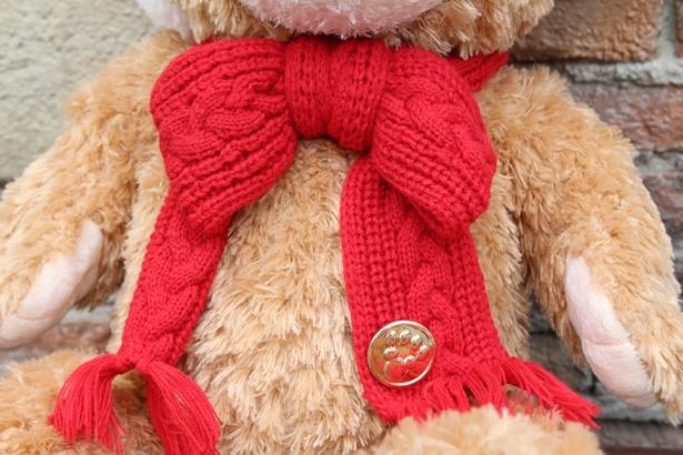 クリスマス仕様のダッフィーの「ぬいぐるみ(M)」(1万3000円)は、マフラーをリボン結びにしたようなデザイン。ダッフィーの足跡があしらわれた、ゴールドの飾りが赤に映える