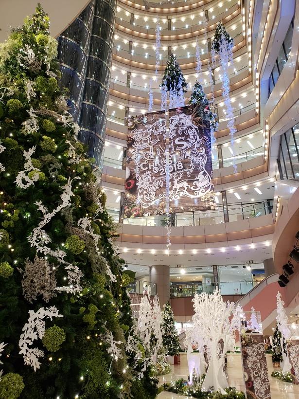 クリスマスツリーなどが装飾された会場の様子
