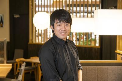「SAKE DIPROM」の鶴田俊太郎さん。日本酒の歴史から醸造方法、生産地の特徴、料理との相性など、利き酒師より難関な試験を突破したエキスパート