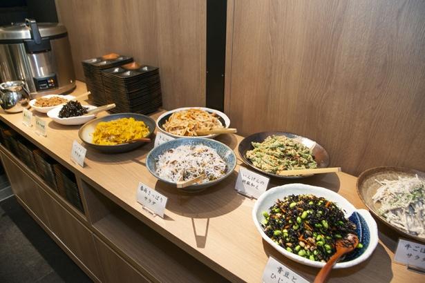 280円で食べ放題のおばんざいは常時8種類。湯豆腐など温かい総菜もあった