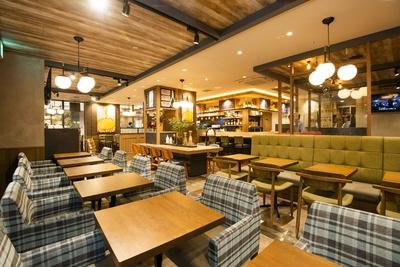 店内は広く取られたソファ席や、電源のある席も。ノマドワーカー大歓迎!とのこと