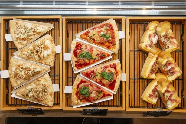 パンやピザなど、モーニングや軽食にも便利なメニューは店頭で。セルフでレジまで持って行こう