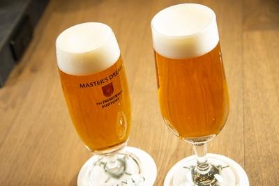 【写真を見る】ビールを注ぐ前にグラスを洗ったり、ビールを温度管理したりと徹底する