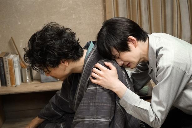 【写真を見る】助六(山崎育三郎)の背中にすがりつく菊比古(岡田将生)、まるで男女の別れのシーンのよう…