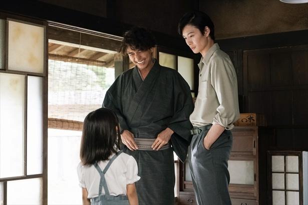 第6回より。菊比古は、助六とその娘・小夏と穏やかな時間を過ごす