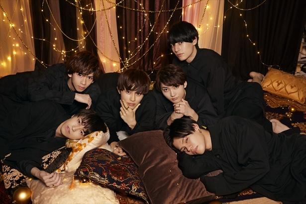 【写真を見る】寝転んでの撮影に「寝そう~」と言いつつしっかりキメてくれた6人
