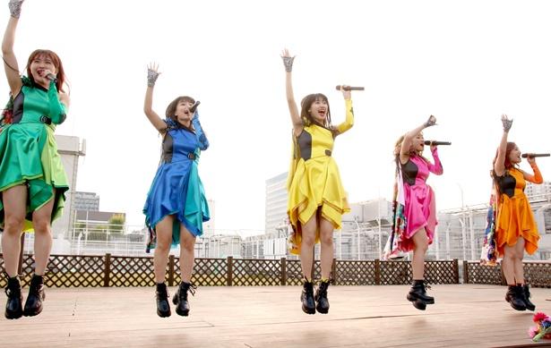 最新シングル収録曲「愛愛ファイヤー!!」で幕開け