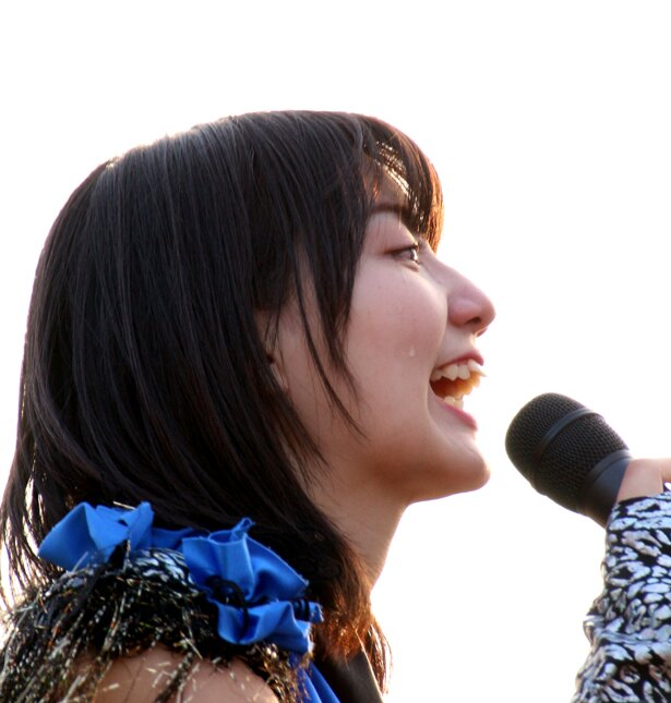サプライズに喜んだ新井愛瞳の頬を涙が伝った
