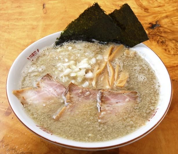 【画像を見る】濃厚煮干しスープに背脂がビッシリ!「福島屋」の背脂煮干中華