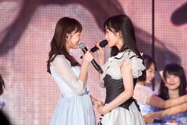 手を握って見つめ合う渡辺美優紀(左)と山本彩(右)