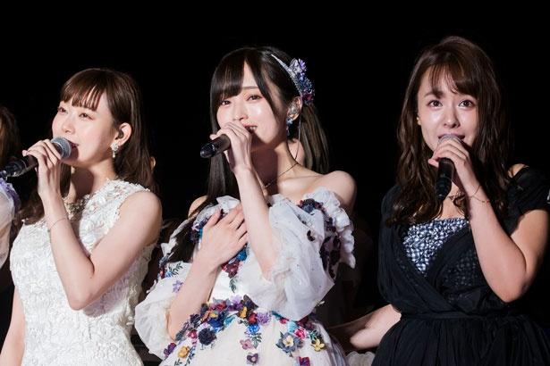 『卒業旅行』を歌う左から渡辺美優紀、山本彩、山田菜々