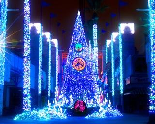 青やゴールドに光り輝く、高さ約10mのメインツリー「Time Travel Tree」