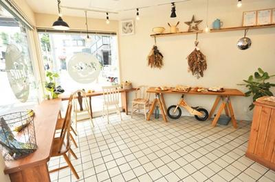 【写真をみる】店内には椅子が置かれ、イートインも可/米粉パン Le・Riz