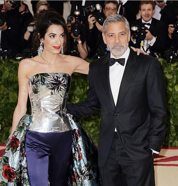 ジョージ・クルーニーの妻アマルが久しぶりに公の場に登場!