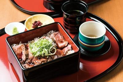 和牛モモ肉のステーキを盛り付けた和牛ステーキ重100g(2500円)/嵐山 喜重郎