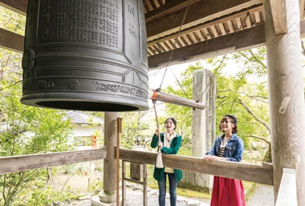 鐘を3回ついて幸せを願う「しあわせの鐘」(鐘楼)/二尊院