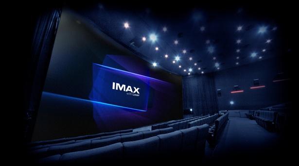 「IMAX®レーザー」シアターイメージ。床から天井、左右いっぱいに広がる大スクリーンを客席に近い場所に設置するなど、空間全体がIMAX®仕様になっている
