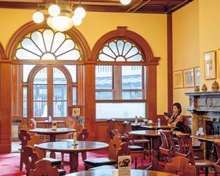 ステンドグラスや暖炉を配した贅沢な空間/夢二カフェ 五龍閣