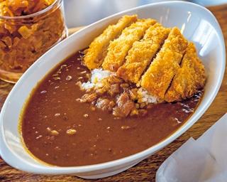 淡路島産のタマネギをアメ色になるまで炒め、丸1日かけて煮込むカツカレー(780円)/喫茶チロル