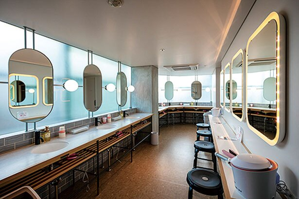 フロア共用のパウダールームは美容家電を完備/CAFETEL 京都三条 for Ladies