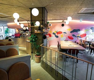 キュートなイラストが壁に描かれた、スタイリッシュな店内/CAFETEL 京都三条 for Ladies