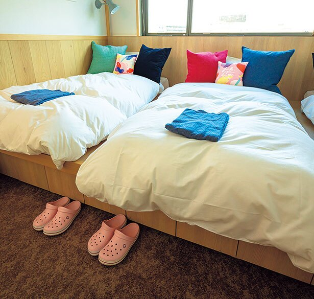 3つのベッドを備える個室タイプの部屋はグランピングをイメージ/CAFETEL 京都三条 for Ladies
