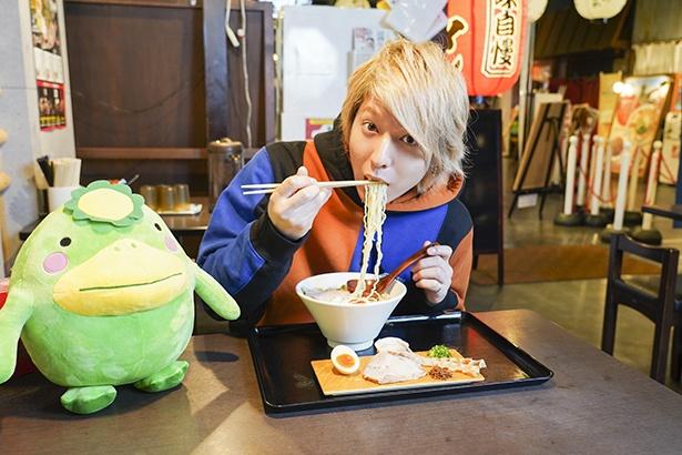 拉麺 久留米 本田商店 / 「八女上陽もち豚の焼き豚など、こだわりの具材にも注目です」(坂田)