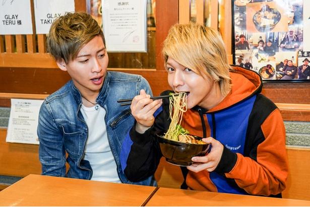 初代 秀ちゃん / 「味噌、うまっ!これ、ずーっと食べてられる」(坂田)、「オレにもひと口ちょうだい!」(山田)