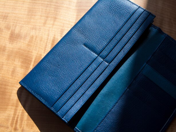 絹や(徳島県)の阿波藍染め革雑貨「AWA AI Leather」。伝統的な「阿波藍」を用いた、日常使いできるアイテムがそろう