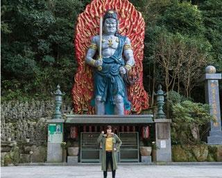 南蔵院 / 高さ約11mの大聖不動明王像は迫力満点の表情。不動の滝の周囲にも不動明王がいくつも祀られている