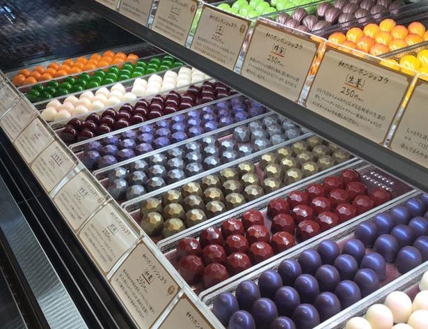 加加阿伝来所 / 「和のボンボンショコラ」(1個250円)は、柚子、日本酒、味噌、青梅、醤油など全24種。チョコと素材がマッチした大人の味わい