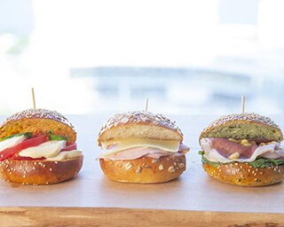 「ミニハンバーガー」(各421円)。右からホウレン草のバンズに生ハム×ルッコラ、プレーンのバンズに自家製モモハム×チーズ、トマトのバンズにモッツァレラ×トマト