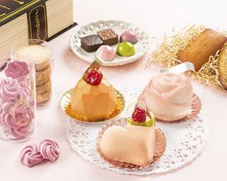 手前の生菓子はホワイトチョコレートがベースのケーキ。「L'atelier de Antique」の「ローズ」(右奥)、「ビジュー」(左奥)は季節で味が変わる(各648円)。「クール」(594円)(中)
