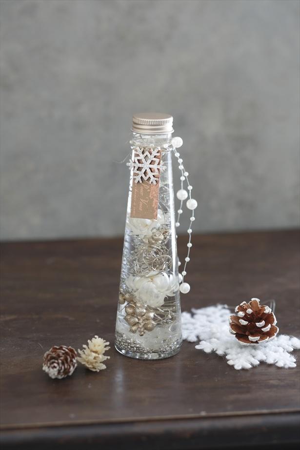 ホワイトとプラチナゴールドの花材を用いた「ハーバリウム・ホワイトエンジェル」