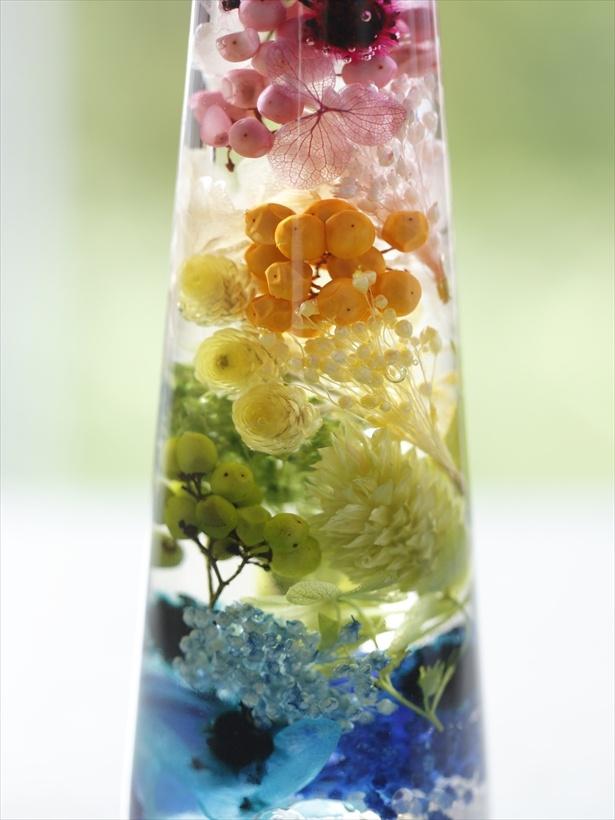 色が混じり合わないよう、花材の詰め方にも花のプロならではの工夫がこらされている