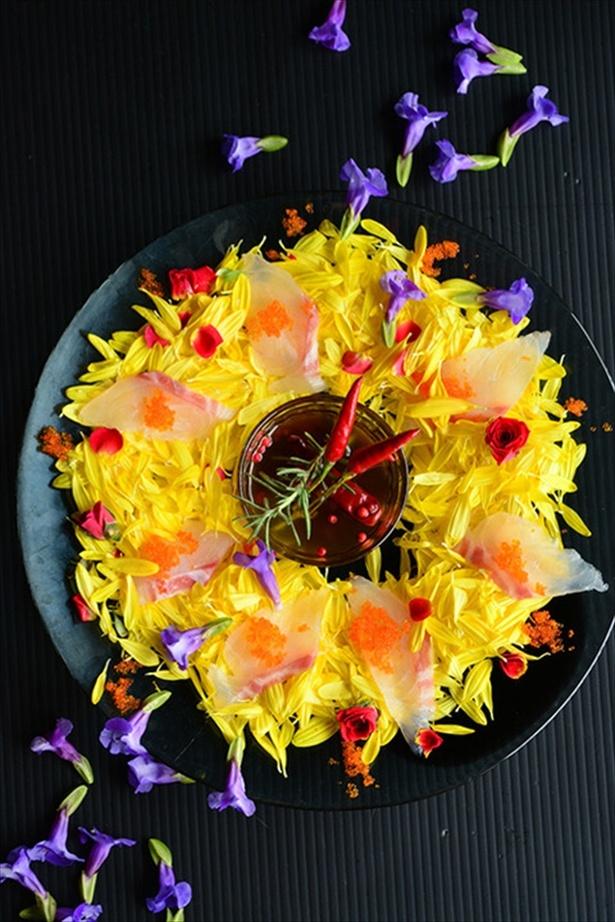 ぎゅうぎゅうサラダ リースサラダお祝いの日に。鯛と食用菊のカルパッチョ風 : 元バーテンダーの簡単家バルレシピ 金魚の肴 青山金魚 #うちバル #金魚の肴