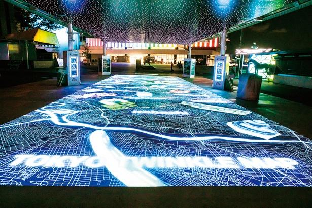 正面入口すぐのイルミ。東京23区の夜景が映像で描かれ、天井には星空がきらめく「TOKYO TWINKLE MAP」