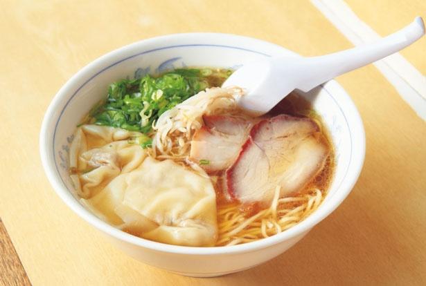 鶏ガラとカツオ節、干しエビの旨味が溶け出した優しい味わいのスープが秀逸なワンタン麺(756円)/淡水軒