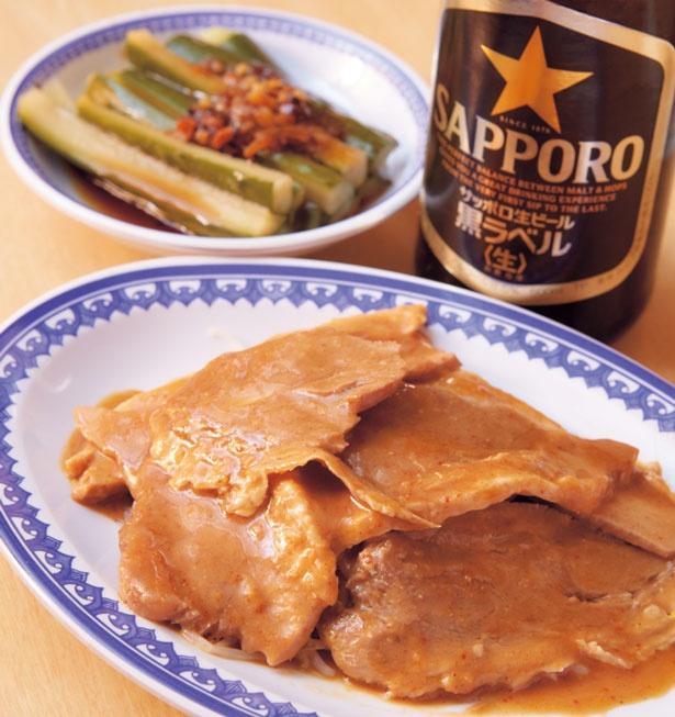 【写真を見る】自家製味噌ダレにどっぷり漬け込んだ豚肉タレヅケ(648円)、自家製食べるラー油をのせたきゅうりの酢漬け(378円)はビールのおつまみに人気/淡水軒