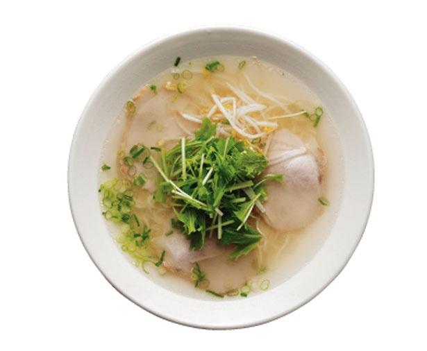 塩味スープに、シャキシャキの水菜やモヤシ、ネギ、脂身の少ないチャーシューをトッピングしたラーメン(670円)/揚子江ラーメン 総本店