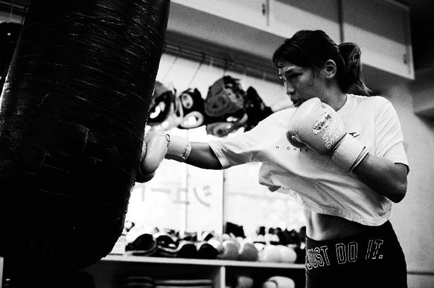 シュートボクシング世界女子フライ級王者・RENAのグローブ姿も
