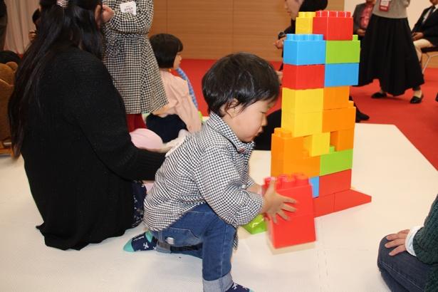 2018年の「楽天おもちゃ大賞」に選ばれた「おもちゃブロック」で遊ぶ子ども