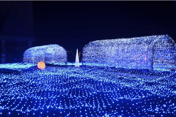 【写真を見る】幻想的な光のトンネルをくぐりクロスランドタワーへ
